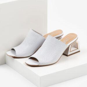 Стилни дамски чехли в бял цвят-480702